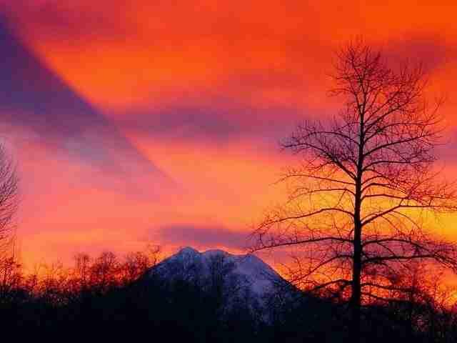 Το βουνό που η σκιά του πέφτει στα σύννεφα