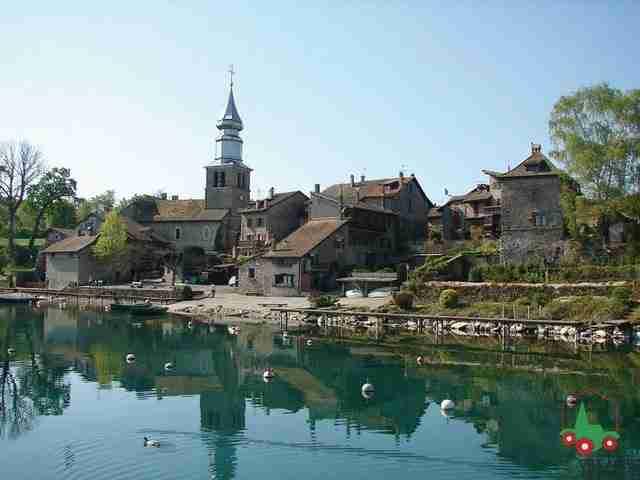 Το Yvoire(Ιβουάρ) της Άνω Σαβοΐας είναι ένα μικρούλι μεσαιωνικό χωριό, γνωστό ψαροχώρι στις αρχές του αιώνα, που αρχιτεκτονικά έχει παγώσει στον 14ο αιώνα και όπως λένε οι ντόπιοι χωρίζει την «μικρή λίμνη» από την «μεγάλη λίμνη»! Αν και απέχει μόλις 30 χιλιόμετρα από τη Γενεύη της Ελβετίας, υπάγεται διοικητικά στη Γαλλία και είναι μέλος του Συλλόγου από τα πιο όμορφα χωριά της Γαλλίας. Όχι, άδικα, θα διαπιστώσετε!