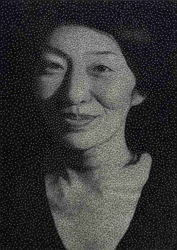 dinfo.gr - Πορτραίτα με ένα μεγάλο σύρμα γύρω από χιλιάδες καρφιά