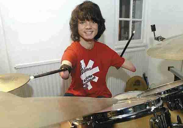 dinfo.gr - Ποιός είπε ότι χρειάζεσαι χέρια για να παίξεις ντραμς;