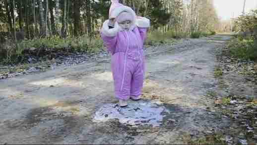 dinfo.gr - Μικρό κοριτσάκι περπατάει για πρώτη φορά σε πάγο