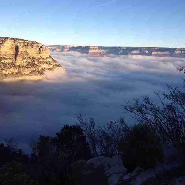 Σπάνιο καιρικό φαινόμενο σκεπάζει το Grand Canyon με ομίχλη