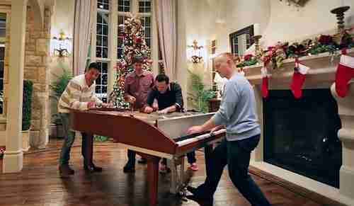 dinfo.gr - Απίστευτα όμορφο: 4 πιανίστες μαζί παίζουν στο ίδιο πιάνο!
