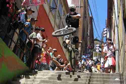 dinfo.gr - Το πιο τρομακτικό βίντεο με ποδήλατο που έχετε δει!
