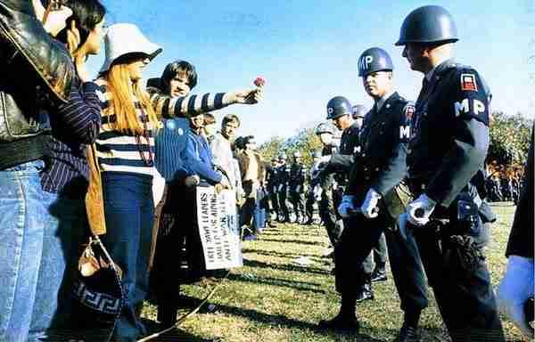 dinfo.gr - 35 συγκλονιστικές εικόνες ανθρώπων που επέλεξαν να αντιμετωπίσουν τη βία με καλοσύνη!