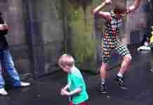 Ένας χορευτής του δρόμου με ένα παιδί δίνουν την ομορφότερη παράσταση