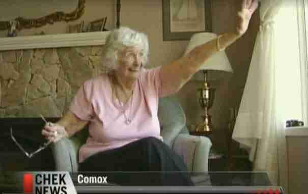 dinfo.gr - Η ευχάριστη έκπληξη των μαθητών στην ηλικιωμένη γυναίκα