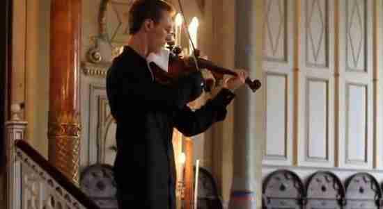 dinfo.gr - Την ώρα που ένας βιολιστής παίζει σε συναυλία χτυπάει ένα κινητό. Δείτε πως αντέδρασε!