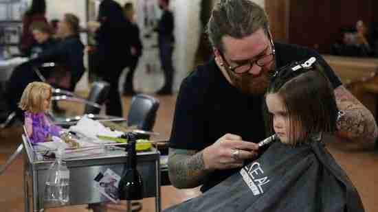 dinfo.gr - 3χρονο κοριτσάκι κόβει τα μαλλιά του και τα χαρίζει στα παιδιά με καρκίνο