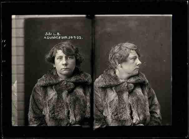 dinfo.gr - 30 μοιραίες γυναίκες του 1900 φωτογραφίζονται λίγο μετά την σύλληψη τους από την Αστυνομία