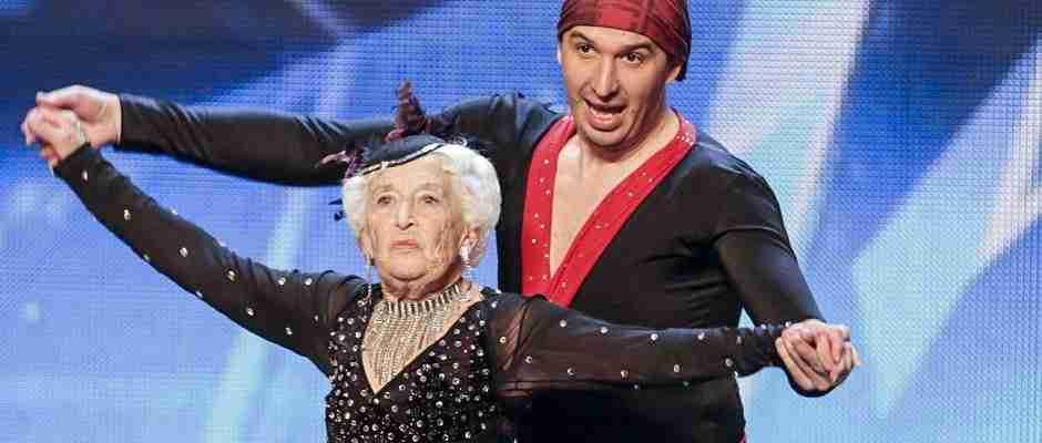 dinfo.gr - Μια απίστευτη 80χρονη γιαγιά χορεύει σε διαγωνισμό ταλέντων και αφήνει τους πάντες άφωνους!