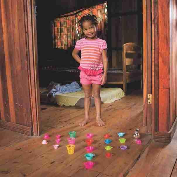 dinfo.gr - 20 παιδιά από όλο το κόσμο ποζάρουν με τα πιο πολύτιμα παιχνίδια τους