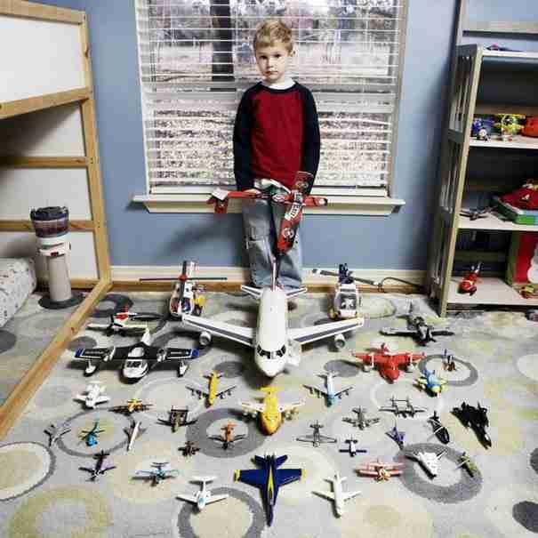 20 παιδιά από όλο το κόσμο ποζάρουν με τα πιο πολύτιμα παιχνίδια τους