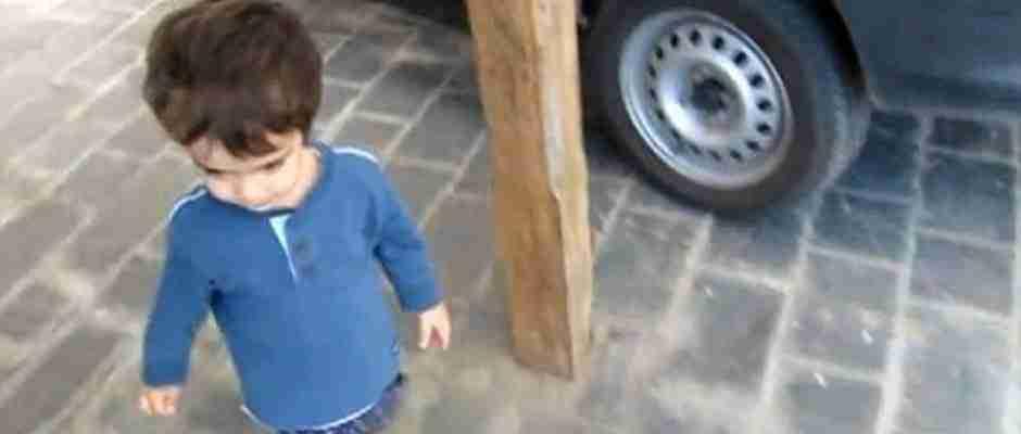 Χρησιμοποιώντας την αντίστροφη ψυχολογία πείθει το γιο του να τον ακολουθήσει!