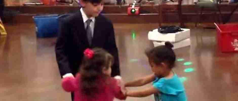 Μικρό κοριτσάκι δέχεται για πρώτη φορά στη ζωή του χυλόπιτα