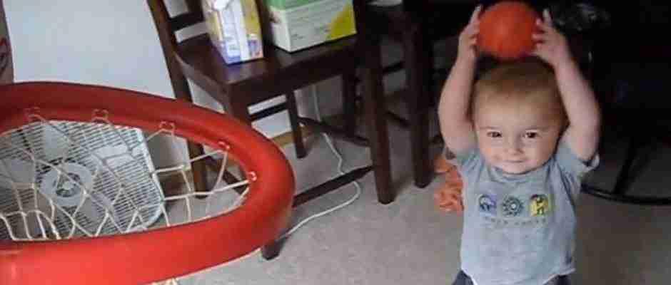 dinfo.gr - Πρέπει να δείτε για να πιστέψετε τι κάνει αυτός ο 2χρονος με μια μπάλα μπάσκετ