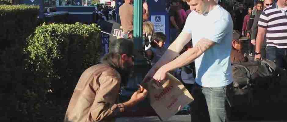 dinfo.gr - Κάνοντας μαγικά μοιράζει χρήματα και τρόφιμα στους άστεγους! Δείτε το βίντεο..