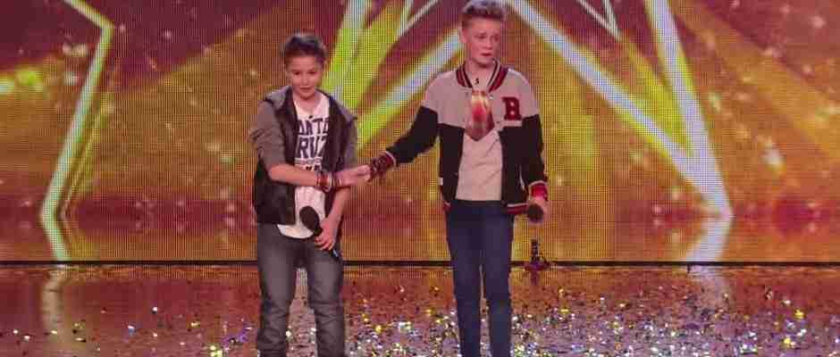 dinfo.gr - Όταν αυτά τα δυο αγόρια ανέβηκαν στη σκηνή κανείς δεν περίμενε αυτό που θα ακολουθούσε..