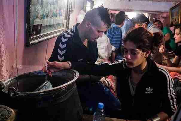 dinfo.gr - Η ζωή κάτω από τη πόλη: ορφανά στη Ρουμανία βρίσκουν καταφύγιο στους υπόνομους