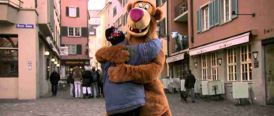 dinfo.gr - Ντύθηκε αρκούδα και βγήκε στους δρόμους για να αποδείξει κάτι. Όταν έβγαλε τη μάσκα όλοι πλέον είχαν πάρει το μήνυμα.
