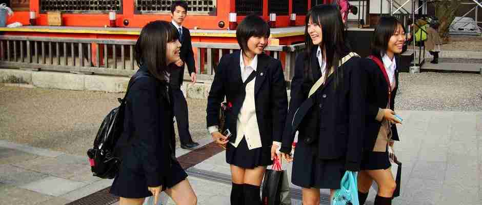 dinfo.gr - Απίστευτο βίντεο με Γιαπωνέζες μαθήτριες να κυνηγούν η μια την άλλη σαν.. Νίντζα!