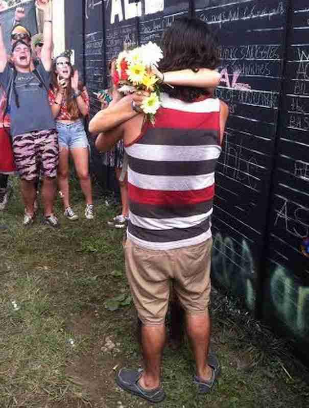 Δεν είχε ιδέα γιατί όλοι της έδιναν λουλούδια. Μέχρι που είδε αυτό..  - dinfo.gr