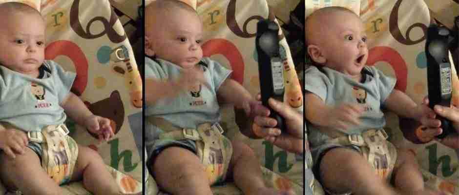 Κάθε φορά που αυτό το μωρό βλέπει τηλεχειριστήριο κάνει κάτι εντελώς παράξενο!