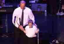 Όταν ένας άντρας ανέβασε τον τυφλό, αυτιστικό γιο του στη σκηνή κανείς δεν περίμενε αυτό που ακολούθησε