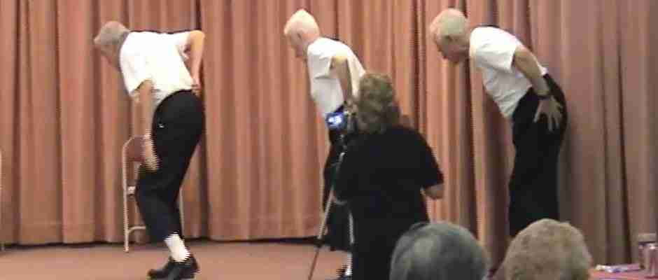 Τρεις ηλικιωμένοι ανεβαίνουν κουτσαίνοντας στη σκηνή και κατεβαίνουν εν μέσω χειροκροτημάτων. Δείτε γιατί..