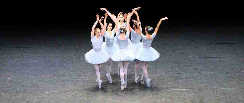 Στην αρχή μοιάζει με μια συνηθισμένη παράσταση μπαλέτου. Όταν όμως ο χορός ξεκινάει..
