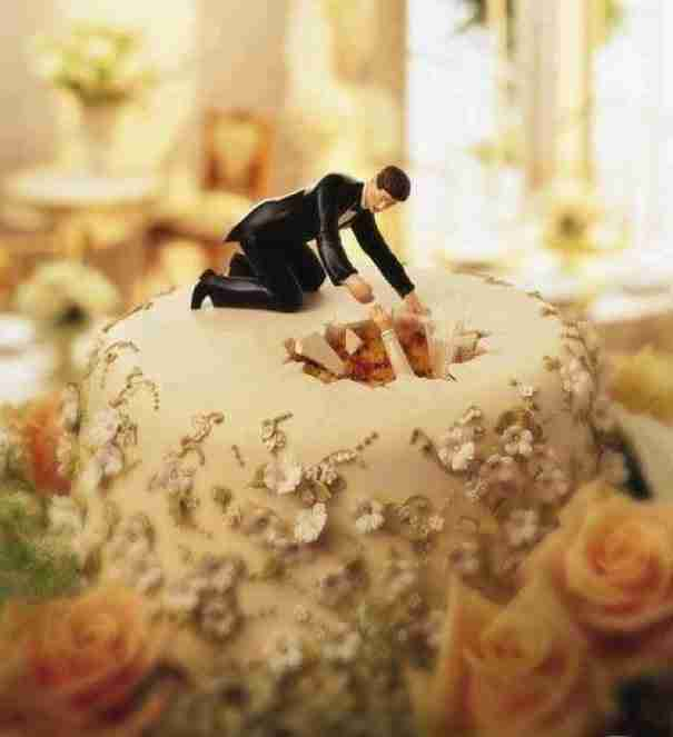 Με την πρώτη ματιά μοιάζουν με 30 συνηθισμένες τούρτες γάμου. Καμία σχέση..