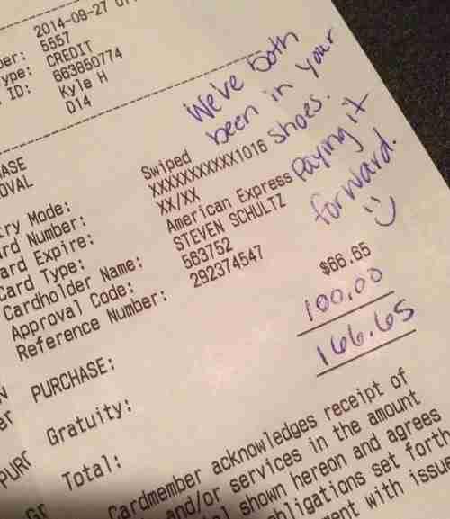Ένα ζευγάρι άφησε ένα πολύ καλό φιλοδώρημα στο σερβιτόρο. Για τον πιο όμορφο λόγο..