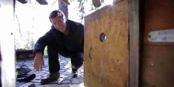 Ναι, αυτή είναι η είσοδος στο σπίτι αυτού του άντρα. Και όχι, αυτός δεν είναι ένας άστεγος