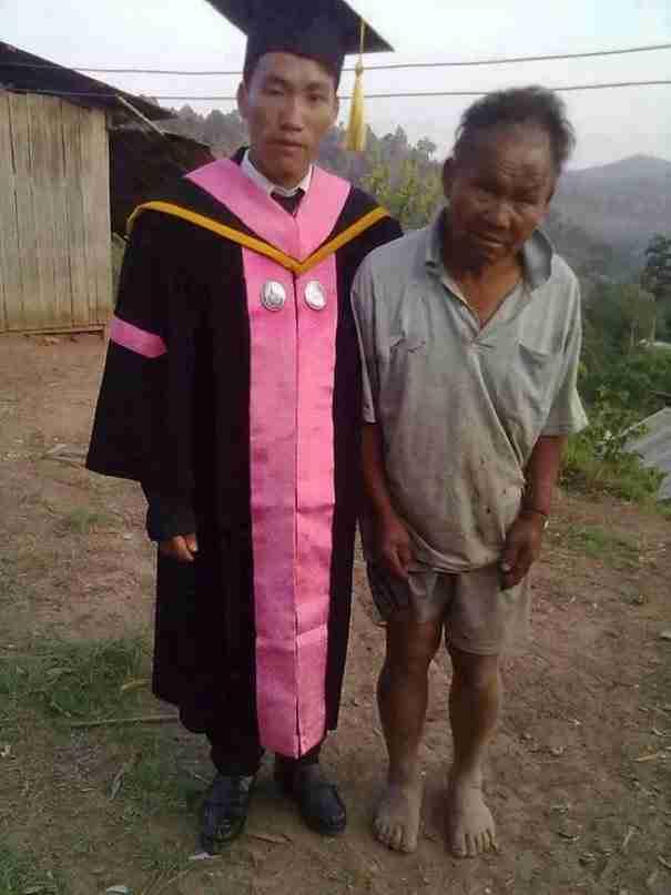 Αυτή είναι η πραγματική ιστορία της φωτογραφίας του πατέρα με τον απόφοιτο γιο του