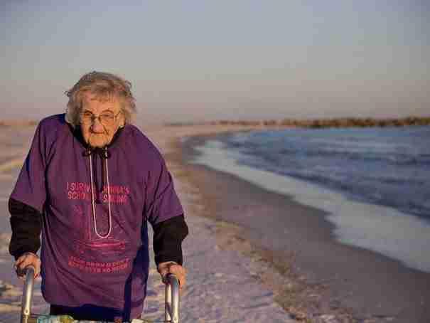 Μια γιαγιά 100 ετών βλέπει για πρώτη φορά στη ζωή της την θάλασσα. Δείτε το βίντεο..