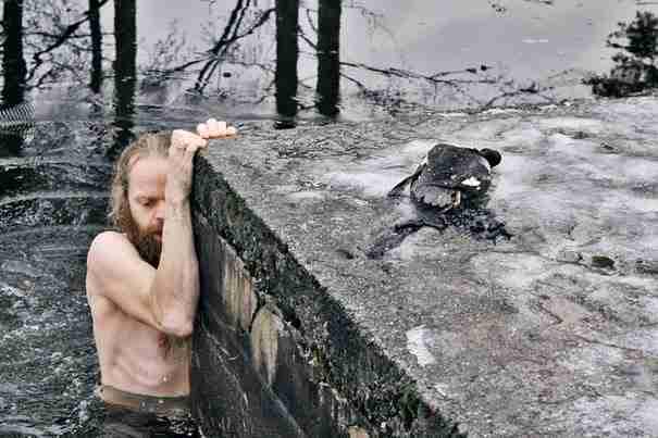Ένας Νορβηγός μόλις είδε μια πάπια να βυθίζεται σε μια παγωμένη λίμνη έκανε κάτι το αδιανόητο!