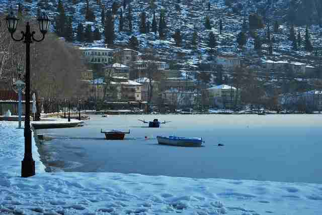 Η παγωμένη λίμνη της Καστοριάς