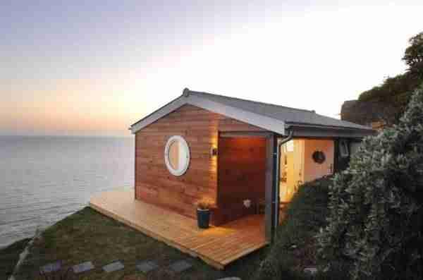 Αυτό το απίστευτα μικρό σπίτι φαίνεται τεράστιο όταν μπείτε στο εσωτερικό του!