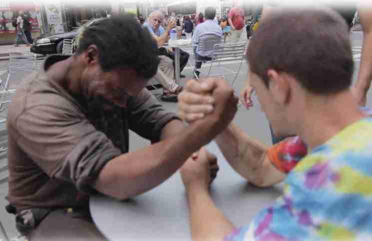 Έβαλαν δυο άστεγους να κάνουν μπρα-ντε-φέρ για να κερδίσουν χρήματα. Αλλά υπήρχε μια παγίδα