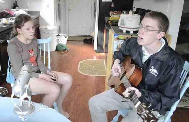 Δυο ντροπαλά αδέρφια τραγουδούν στη κουζίνα του σπιτιού τους. Είναι μια από τις καλύτερες διασκευές που ακούσατε ποτέ!