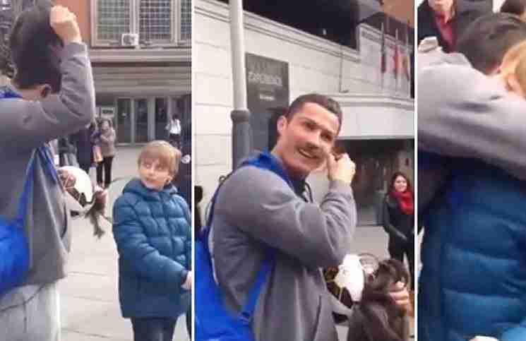 Ο μεταμφιεσμένος Ρονάλντο σταματάει την βόλτα του για να παίξει ποδόσφαιρο με ένα παιδί