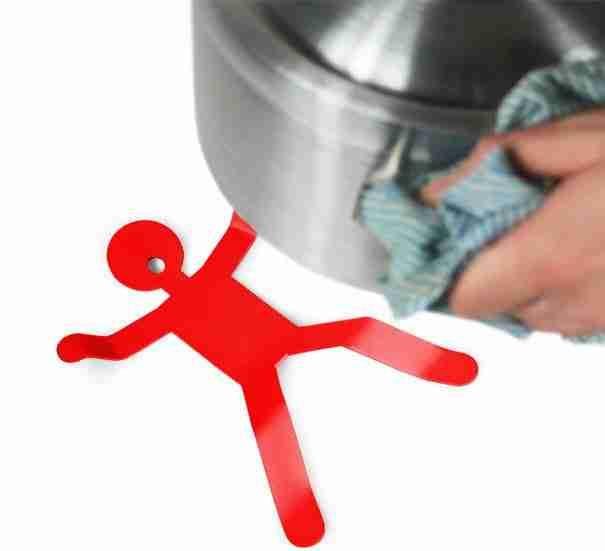 23. Ο άντρας που προσφέρεται να σας βοηθήσει να ακουμπήσετε τις καυτές κατσαρόλες