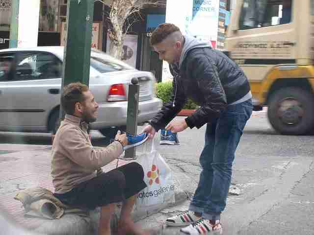Περαστικός φωτογραφίζει μια τυχαία πράξη καλοσύνης στους δρόμους της Αθήνας