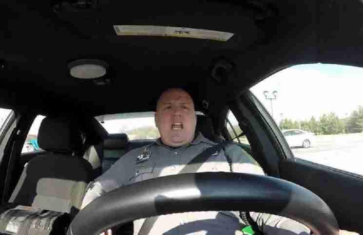 Αυτός ο αστυνομικός ξέχασε τη κάμερα του περιπολικού ανοιχτή. Δείτε αυτή τι κατέγραψε..