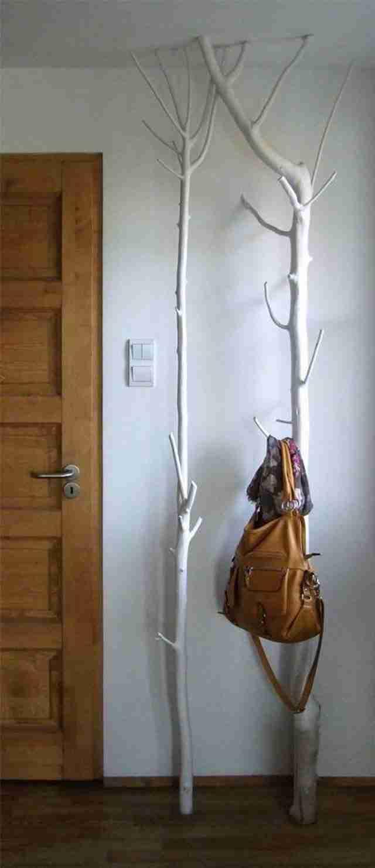Μια κρεμάστρα για τσάντες και μπουφάν από ένα σπασμένο ξύλο