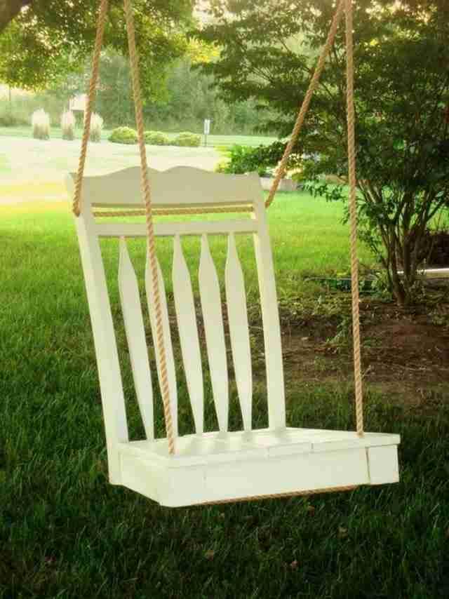 Μια κούνια από μια παλιά καρέκλα