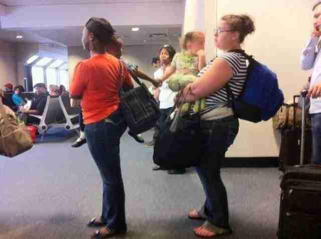 Αυτά τα δύο κορίτσια που δεν γνωρίζουν το ένα το άλλο, αλλά αυτό δεν τα εμποδίζει να κρατιούνται χέρι χέρι.