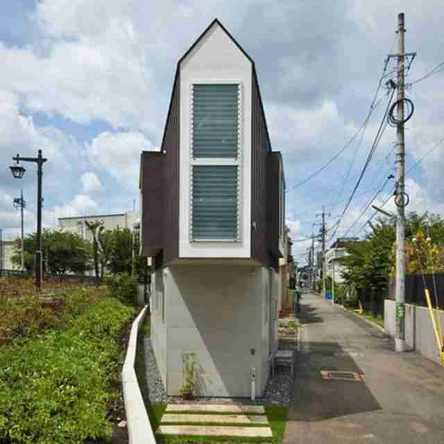 Βλέπετε πόσο στενό είναι αυτό το σπίτι; Δείτε τώρα και το εσωτερικό του..