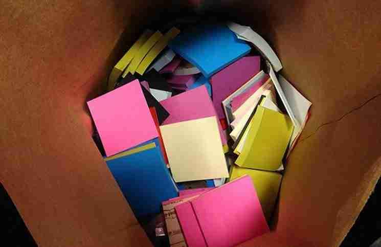 Όταν βαρέθηκε τους τοίχους του γραφείου αγόρασε 9.000 χαρτάκια σημειώσεων. Το αποτέλεσμα; Εκπληκτικό!