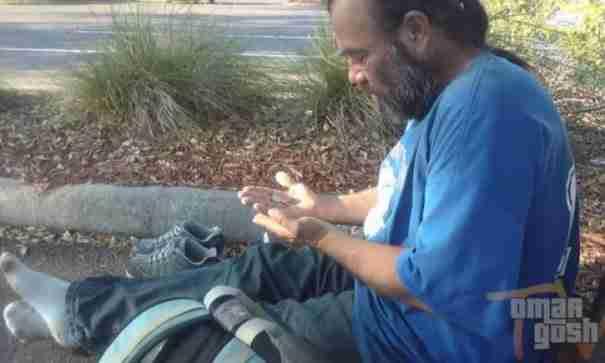Ζήτησε από έναν άστεγο χρήματα. Η απάντηση του, θα σας βάλει σε σκέψεις..